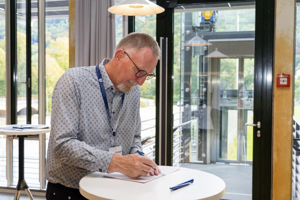 Prof. Dr. Klaus-Dieter Altmeppen nimmt am Medien-Selbsttest teil. (Bild: Olivia Rademacher)